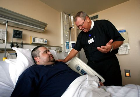 chaplain-praying-in-hospital